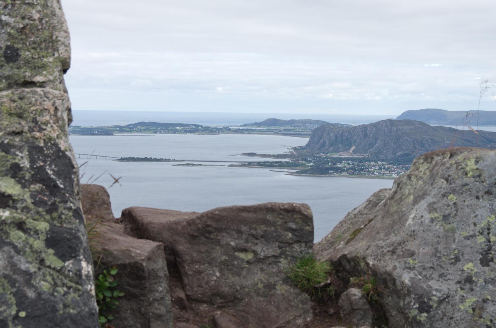 ... beeindruckende Felslandschaft mit Blick auf den Fjord ...