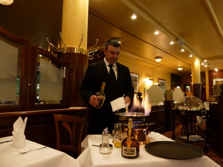 Die weltberühmten Crêpes werden am Tisch zubereitet