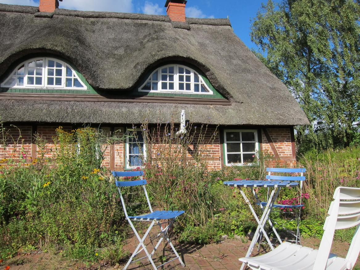 Die Terrasse hinter dem Haus lädt zum Entspannen ein Foto: Landlust-Ferienhaus.de