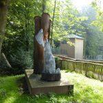 Eine Skulptur gibt den ersten Hinweis auf die Bewohner des Parks