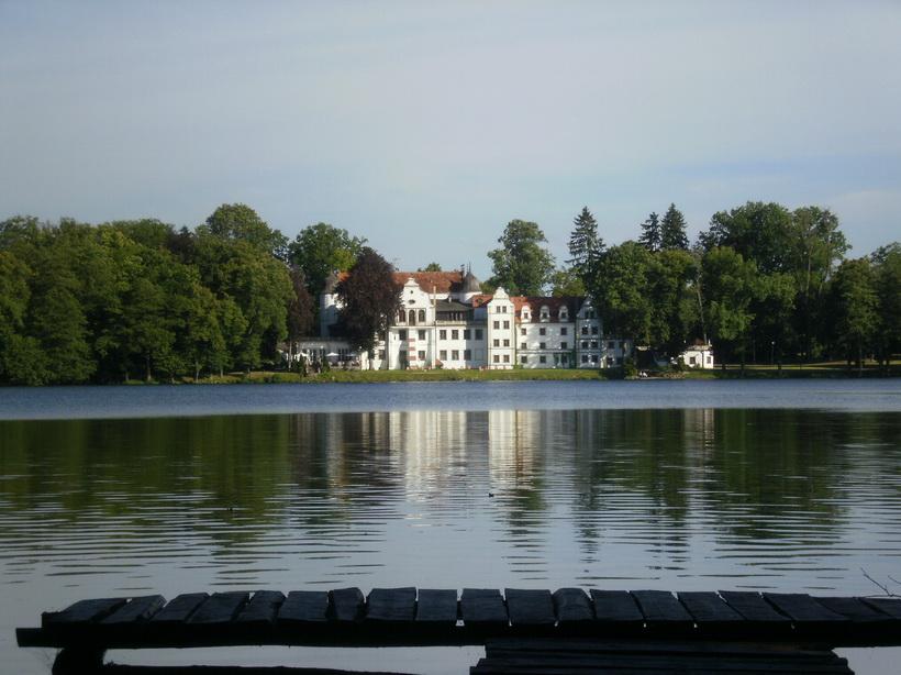 Das ehemalige Ritterschloss liegt an einem herrlichen See