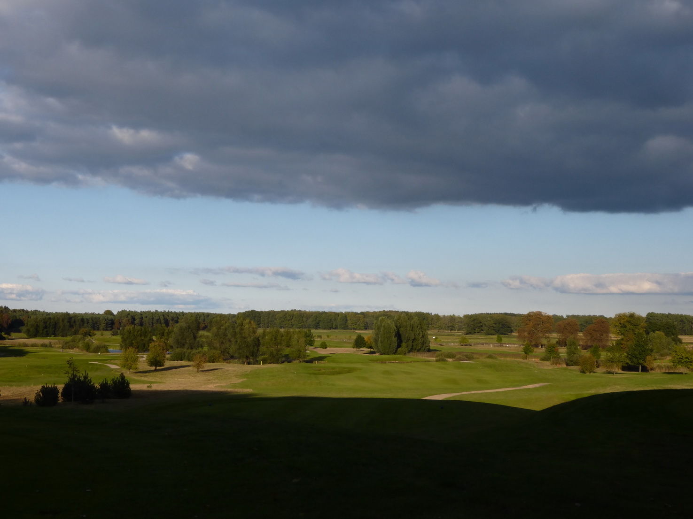 Blick vom Schlosspark über einen wunderbar angelegten Golfplatz