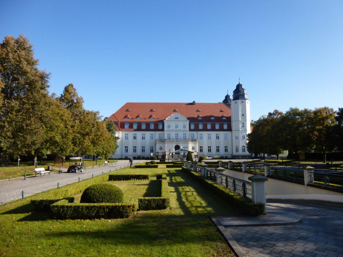 Auffahrt zum Schloss Fleesensee