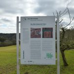 Eine Schautafel informiert über die Geschichte des Bauernhauses