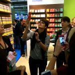 Mit dem Handy im Anschlag unterwegs auf der Buchmesse in Frankfurt