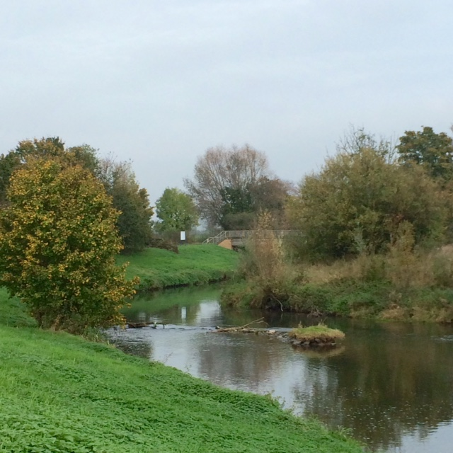 Die Nidda ist auch im Herbst ein idyllischer Ort