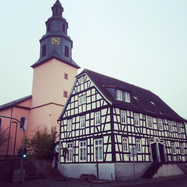 Evangelische Kirche und das alte Rathaus in Nieder-Wöllstadt