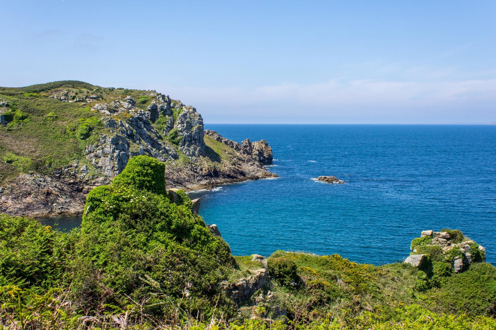 Küste bei Fête des Bruyéres auf der Halbinsel Cap-Sizun in der Bretagne