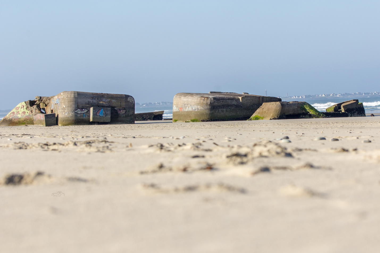 Strand in der Nähe von Tréogat in der Bretagne mit Bunkerruinen aus dem 2. Weltkrieg