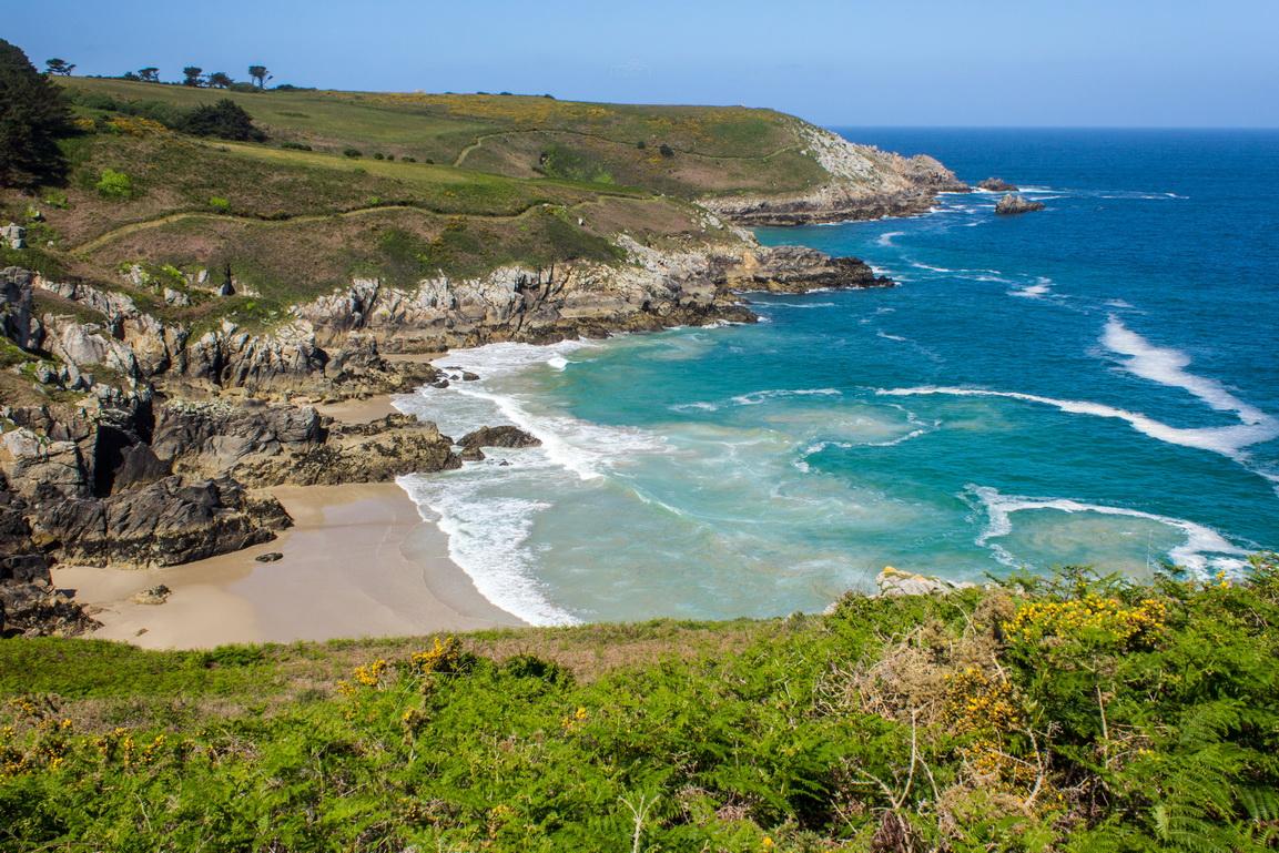 Versteckte Bucht an der Küste von Cap-Sizun in der Bretagne