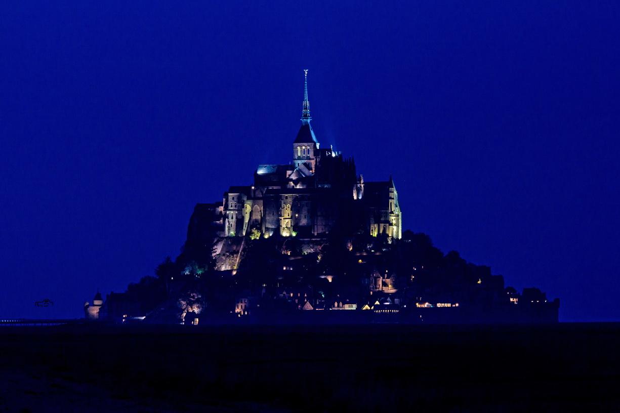Der Mont-Saint-Michel bei Nacht