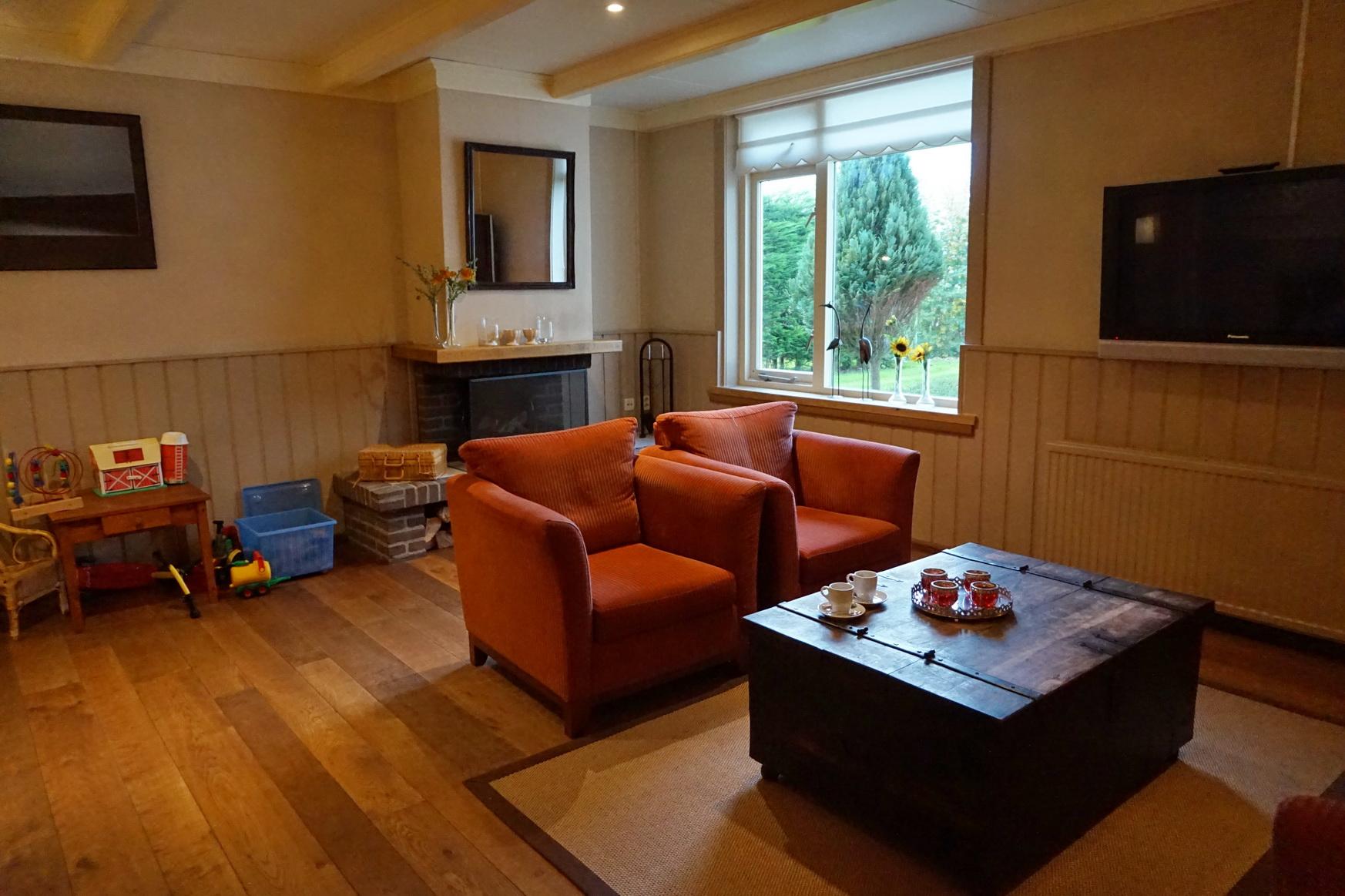 Hotellobby mit bequemer Sitzecke, die zum Verweilen einlädt.