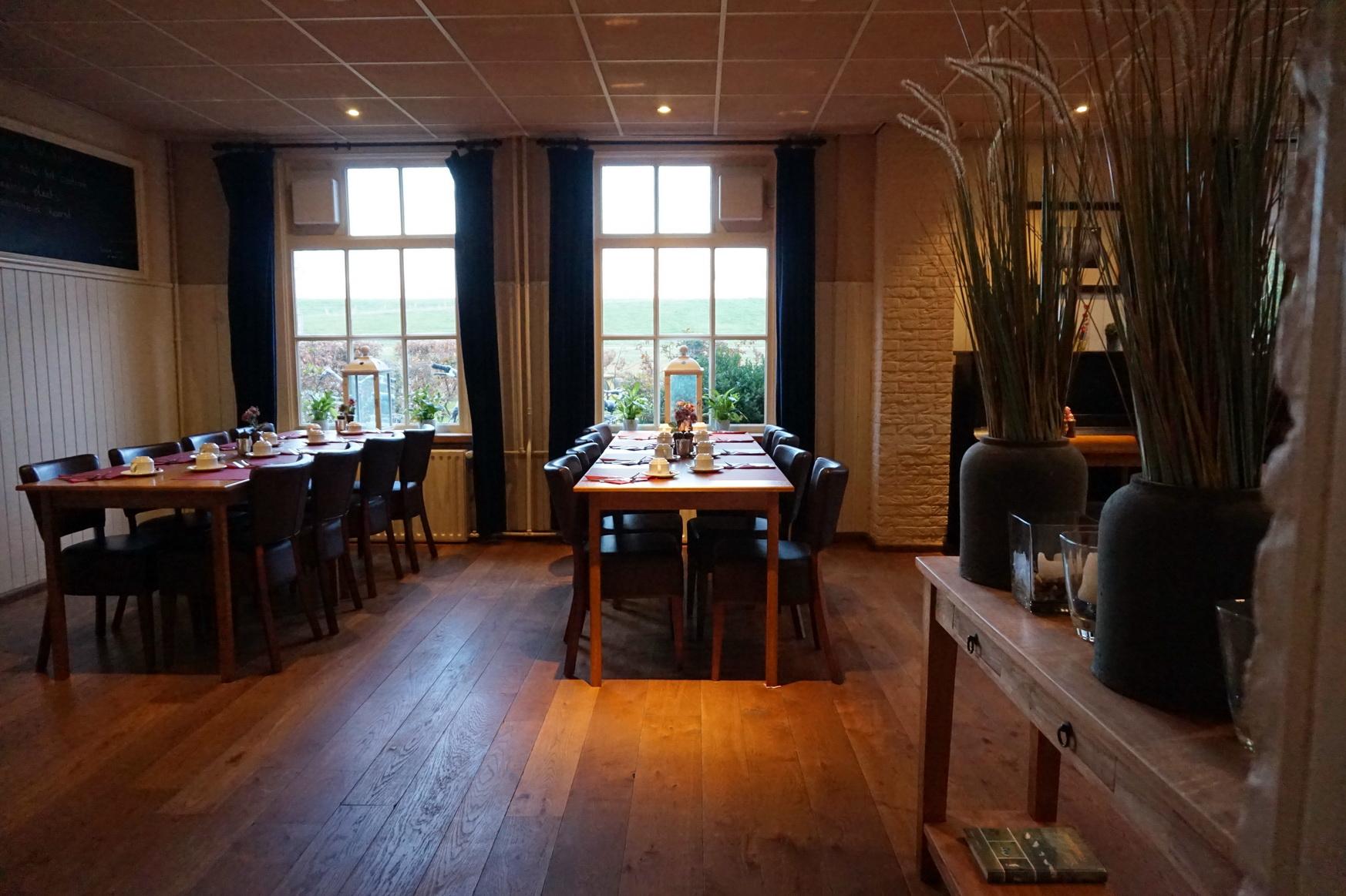 Bodentiefe Fenster und Holzfußboden im Restaurant