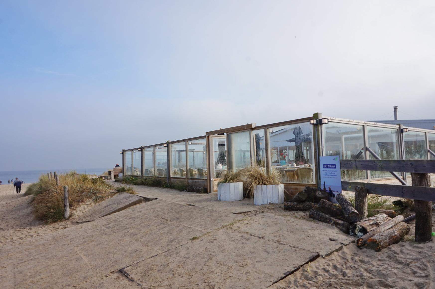 Strandpavillon Kaap Noord bei Tageslicht