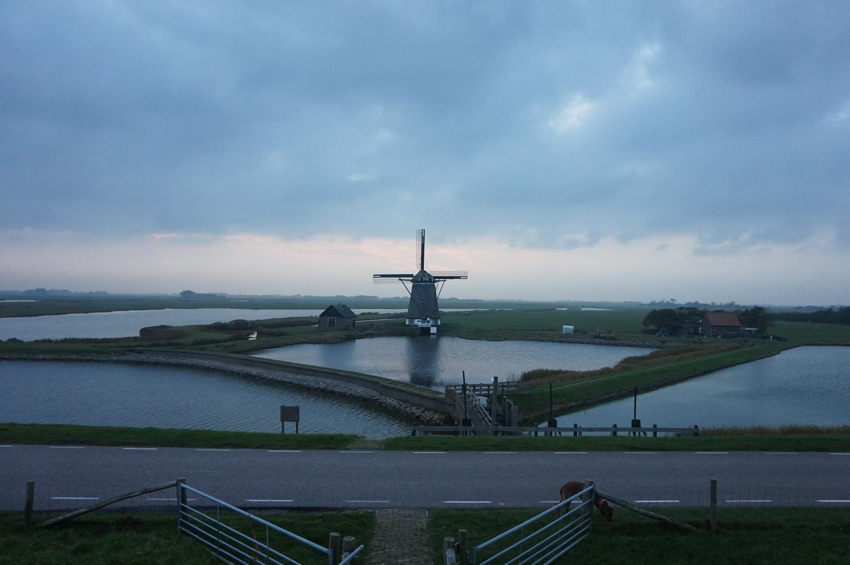 Texel Windmuehe am Deich von Oosterend