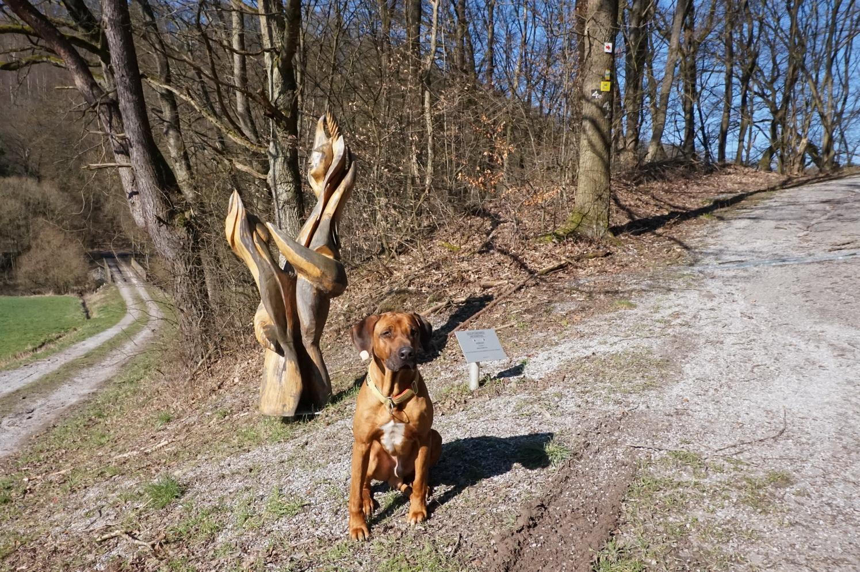 """Dayo vor der Skulptur """"Vereint"""" von Simone C. Levy"""