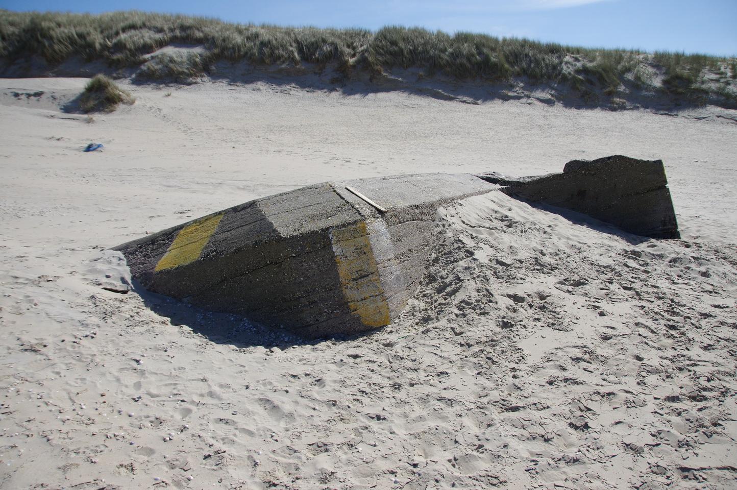 ... ein im Sand versunkener Bunker ...