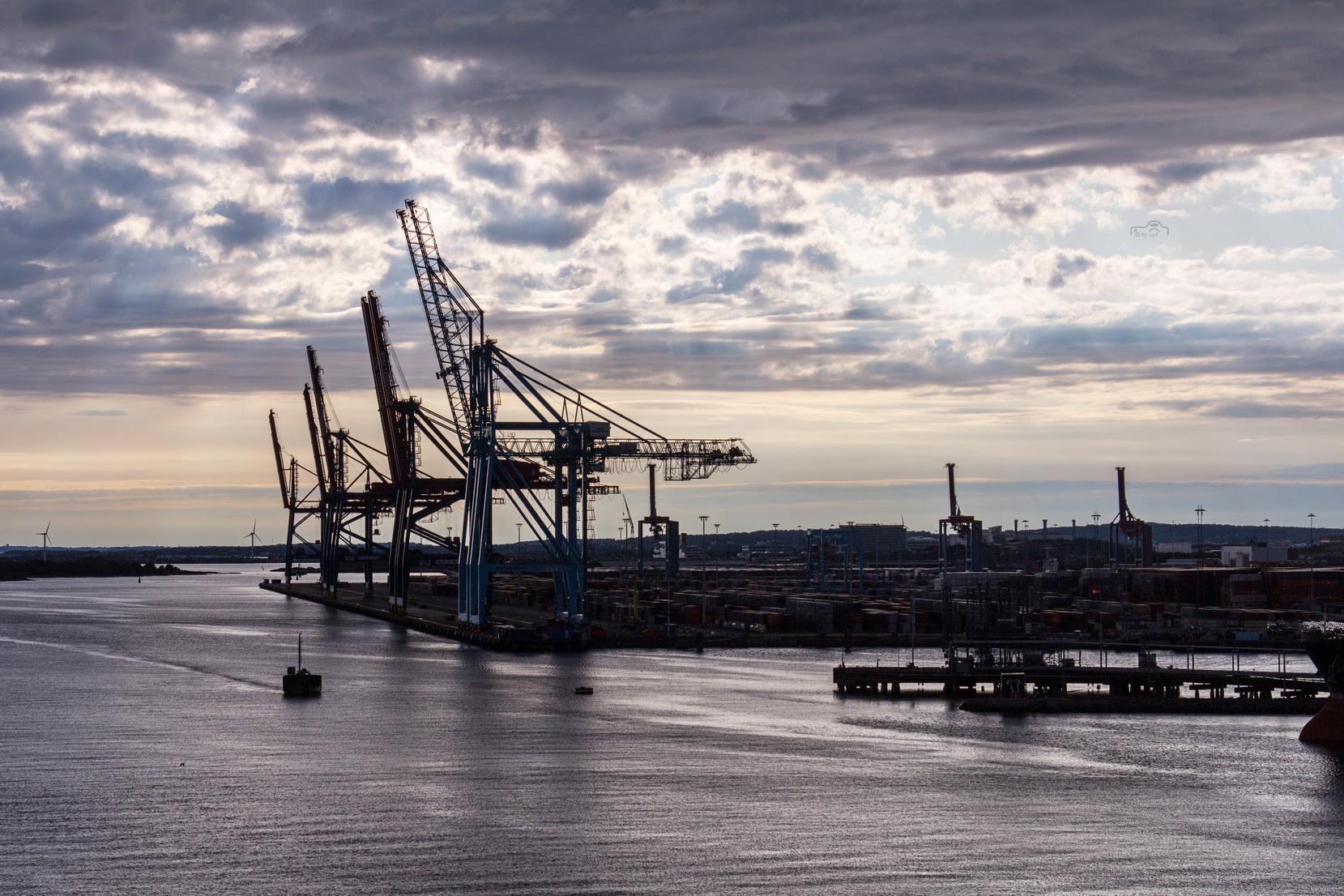 Kräne im Hafenbereich von Göteborg.