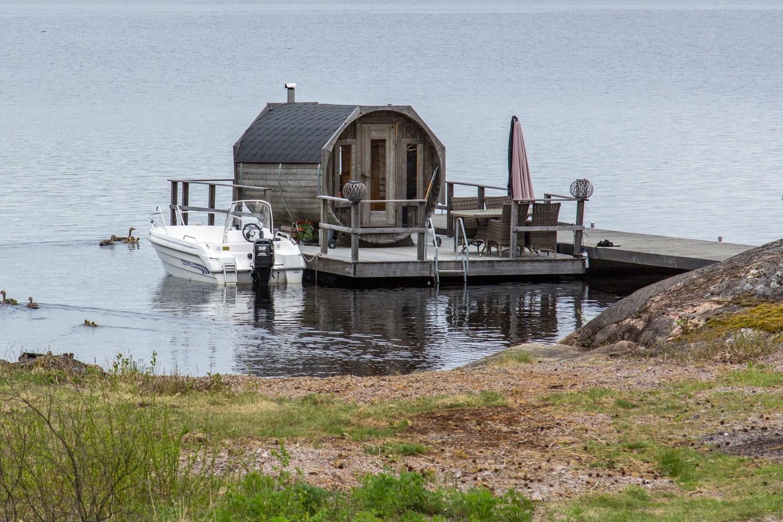 Ein Fass-Sauna mit Boots-Anleger