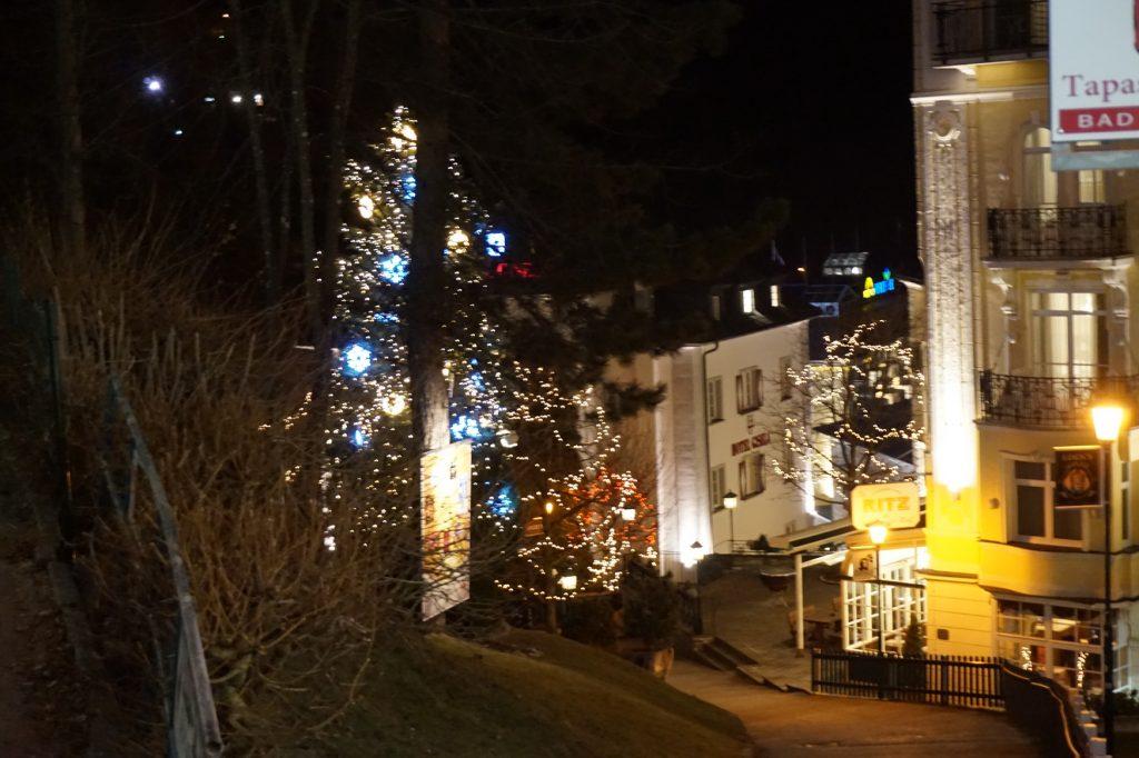 Weihnachtlicher Schmuck in den Straßen von Bad Gastein