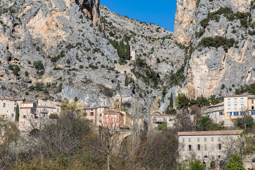 Der Ort Moustiers-Saint-Maries schmiegt sich an die Felsen