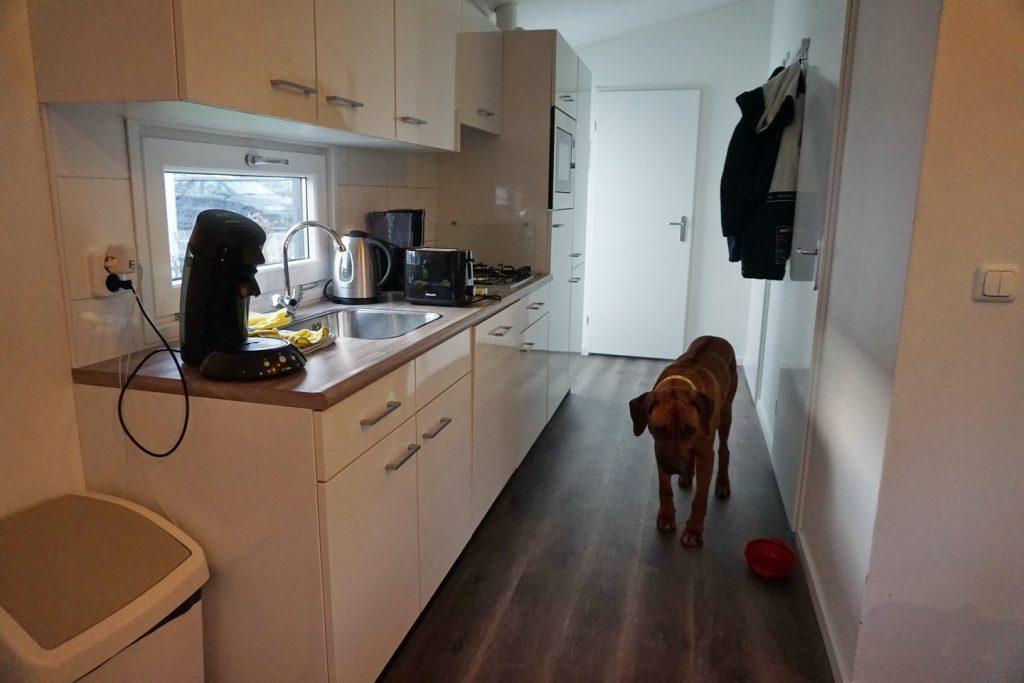 Die neue und sehr saubere Küche ist gut ausgestattet