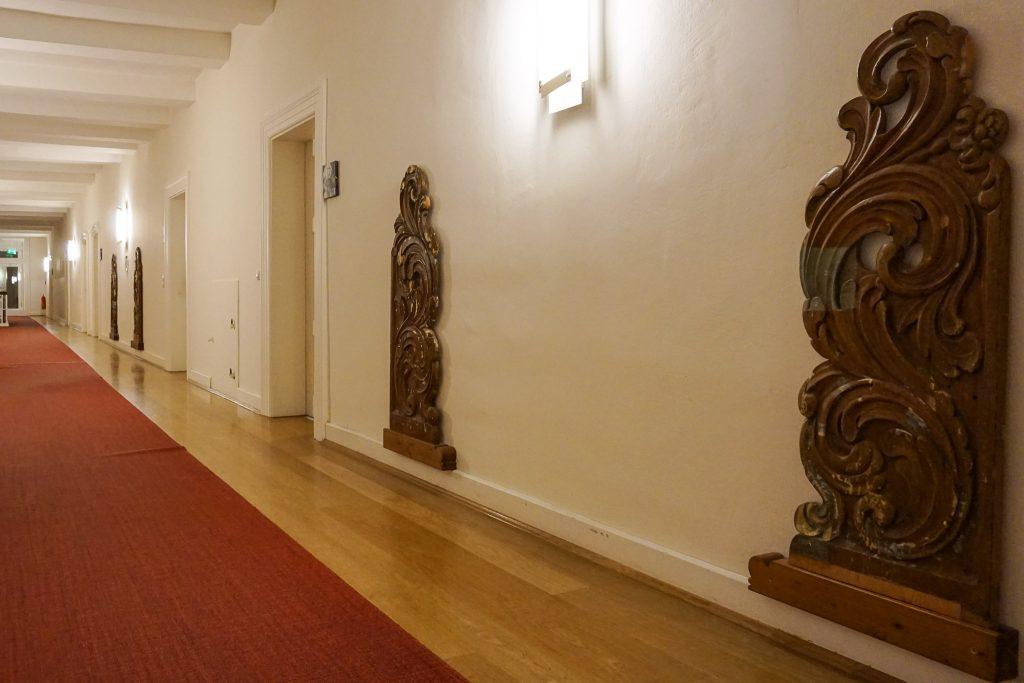Breite Flure erinnern an die Vergangenheit als Kloster