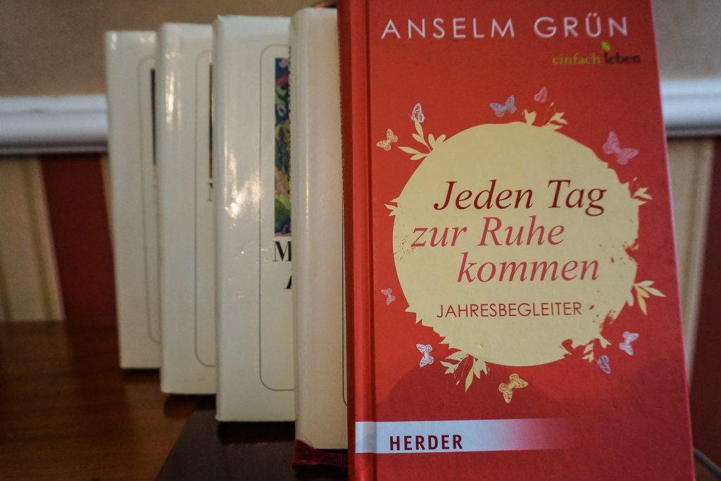 Eine kleine Auswahl an Büchern zum Schmökern gibt es auf dem Zimmer