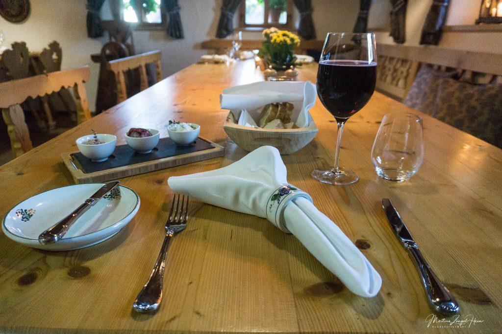 Ein schön gedeckter Tisch und frisches Brot ...