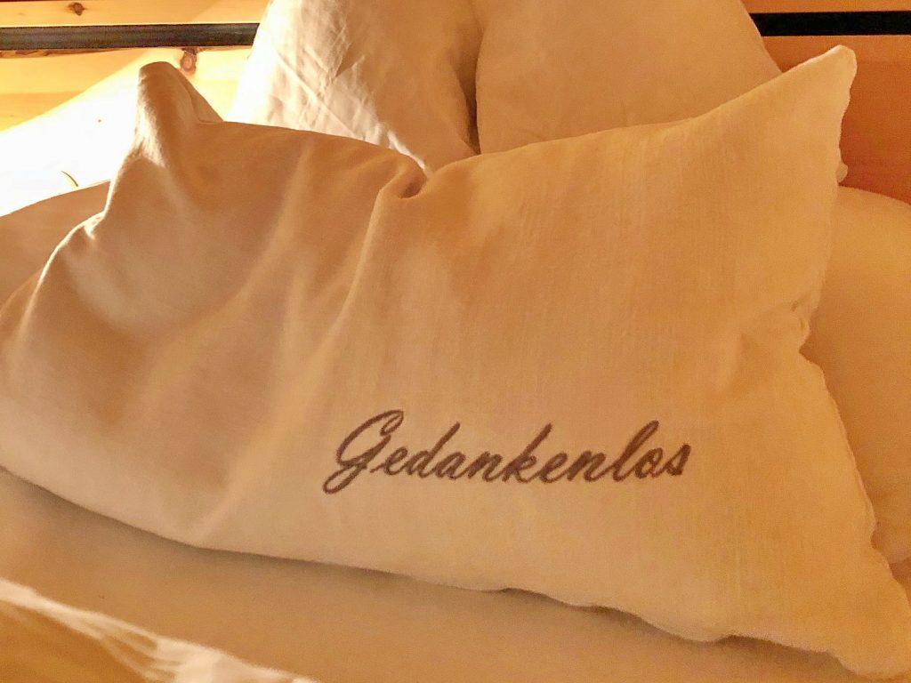Kissen, die mit Kräutermischungen gefüllt sind, sorgen für einen entspannten Schlaf