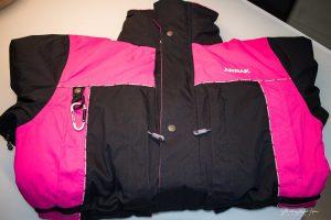 Die Jacke wird aus wasserdichtem Oxford Heavy Nylon hergestellt