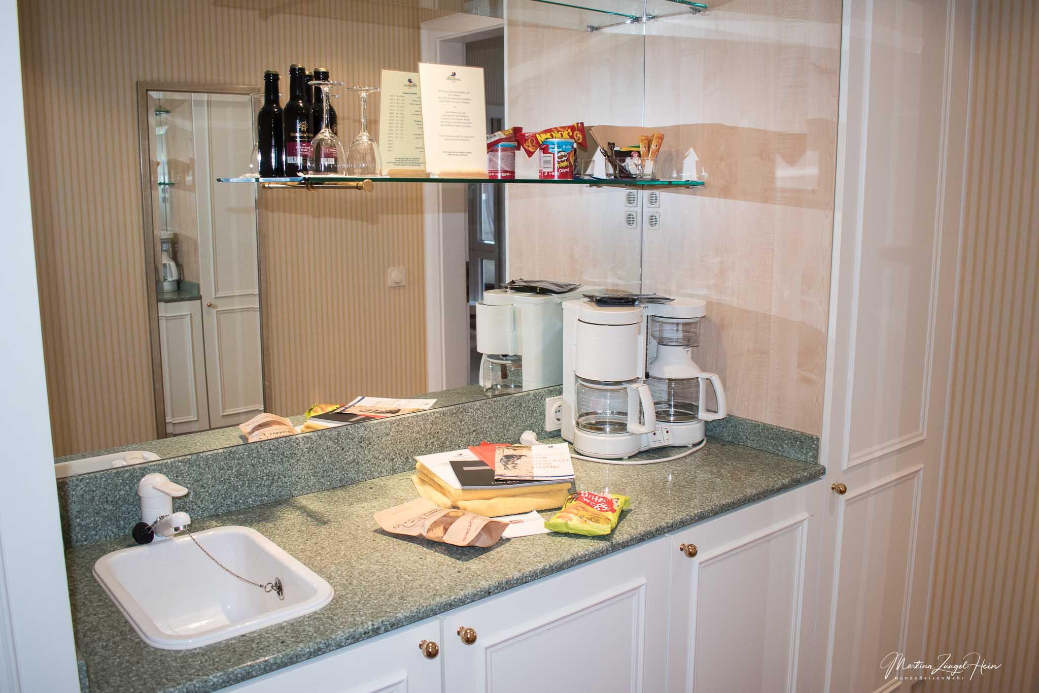 Sehr nützliche und gut gefüllte Pantry in der Suite im Strandhotel Sylt