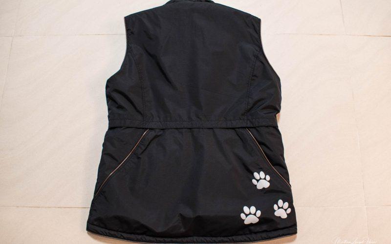 Die DogCoach Hundeweste von hinten: mit hübschen Pfoten-Applikationen und großen Rückentasche