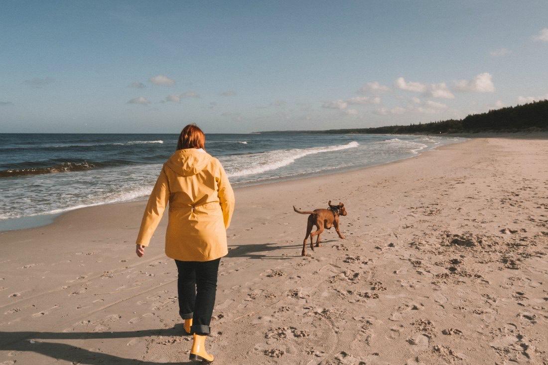 Anja und Buddy am Strand an der polnischen Ostseeküste