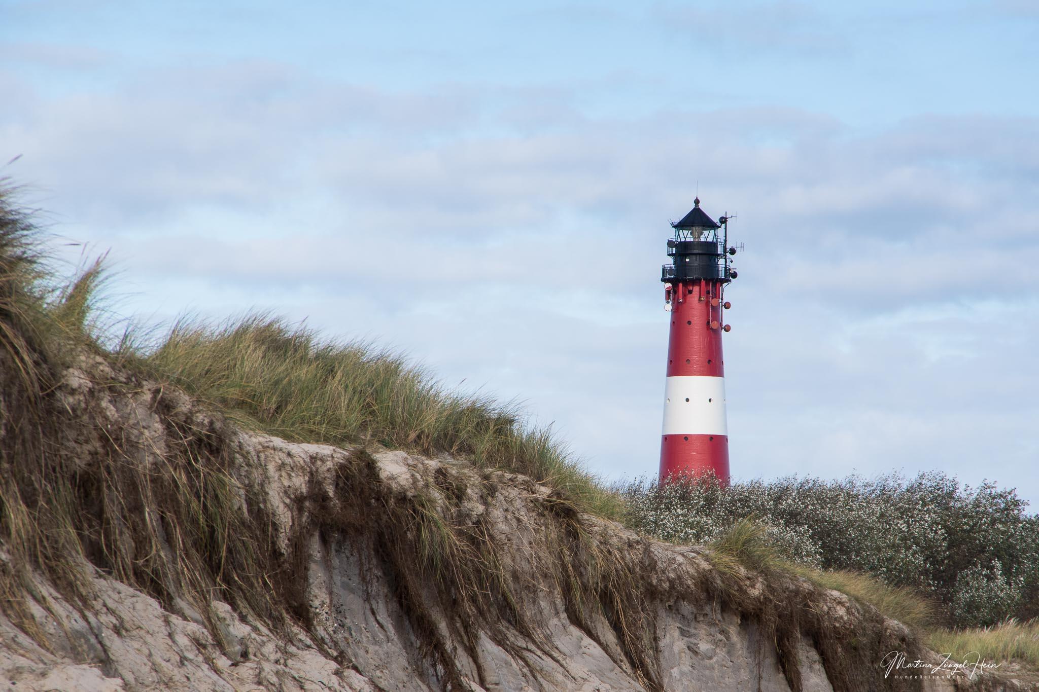 Unter dem Leuchtturm geht es zur Strandpromenade
