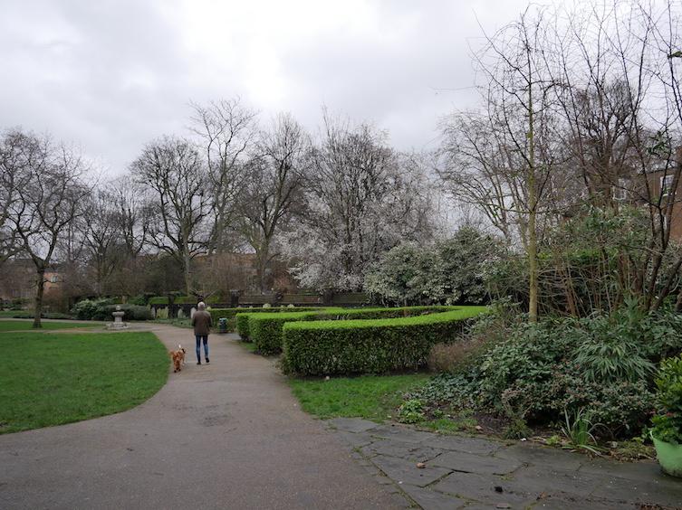 Spaziergang im George's Garden, einem ehemaligen Friedhof