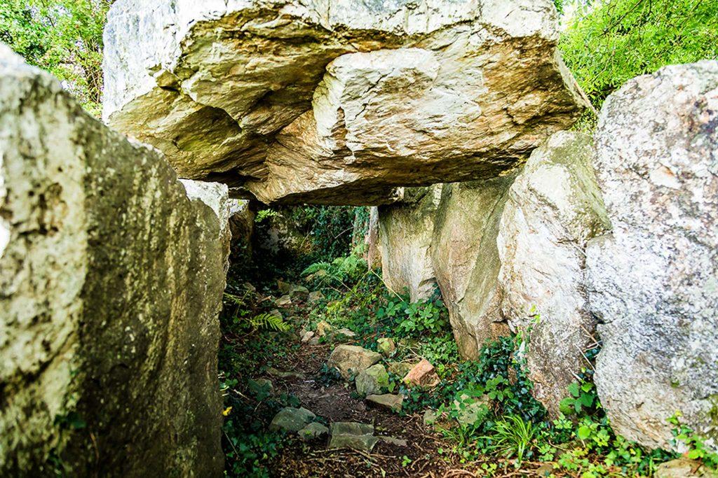 Es führt ein Weg zwischen den Megalithen hindurch
