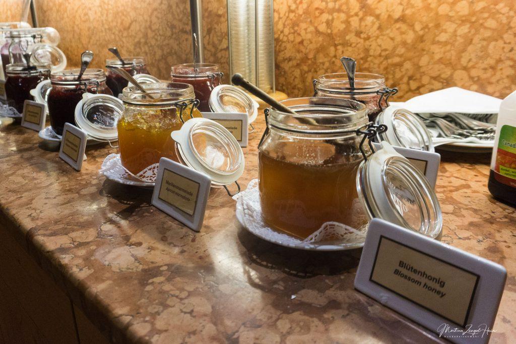 Zum Frühstück Honig, Marmeladen ...