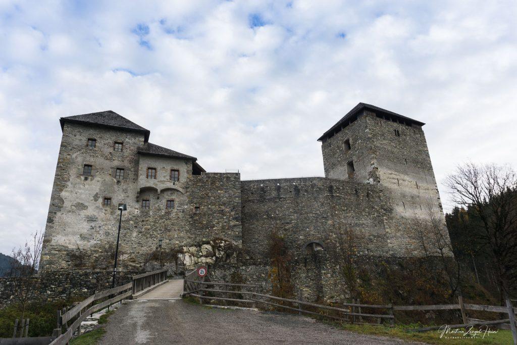 Trutzig wacht die Burg über Kaprun