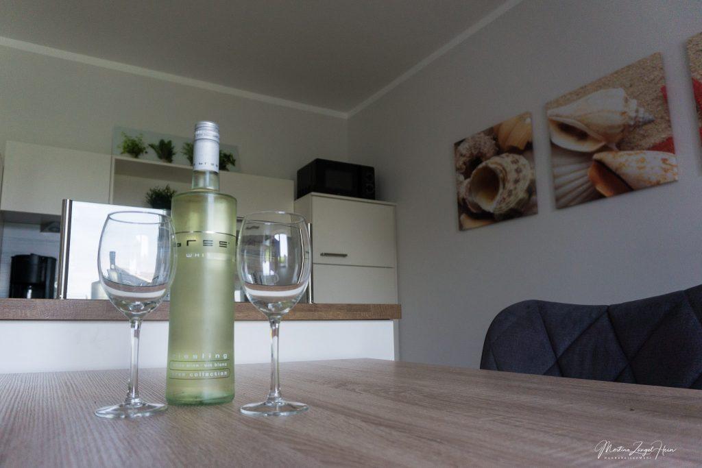Eine Flasche Weisswein als Willkommensgruss