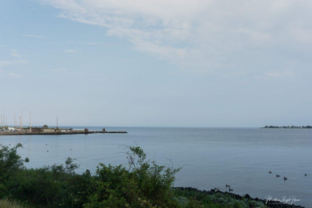 Blick auf die Ostsee links der Brücke