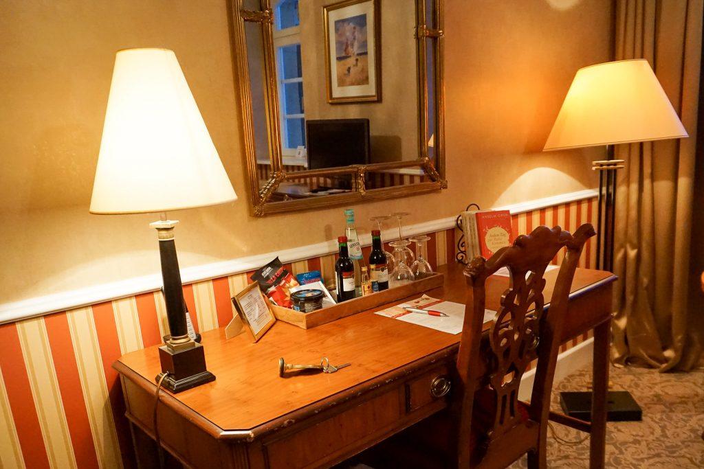 Schreibtisch mit Getränken und Lesematerial