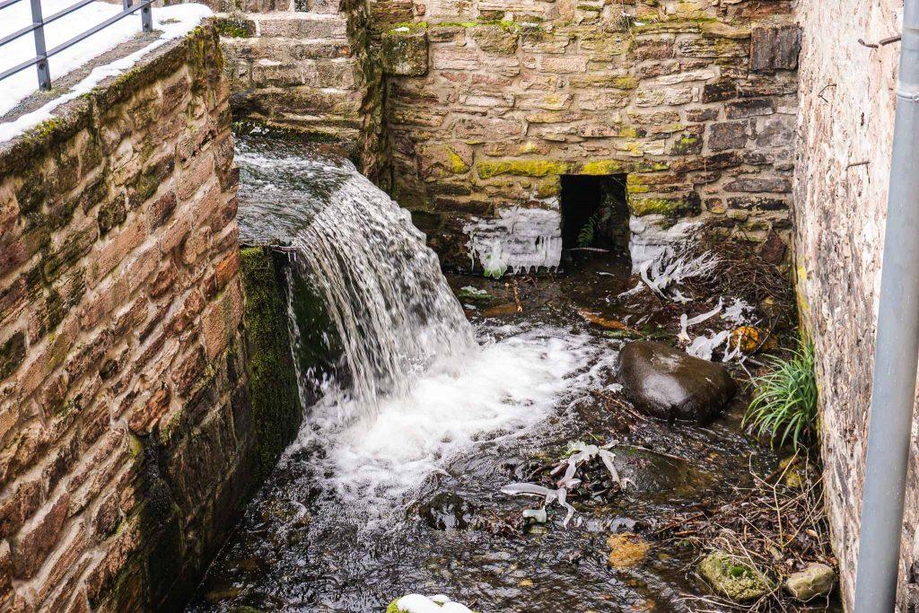 Der Bachlauf an der ehemaligen Mühle ...