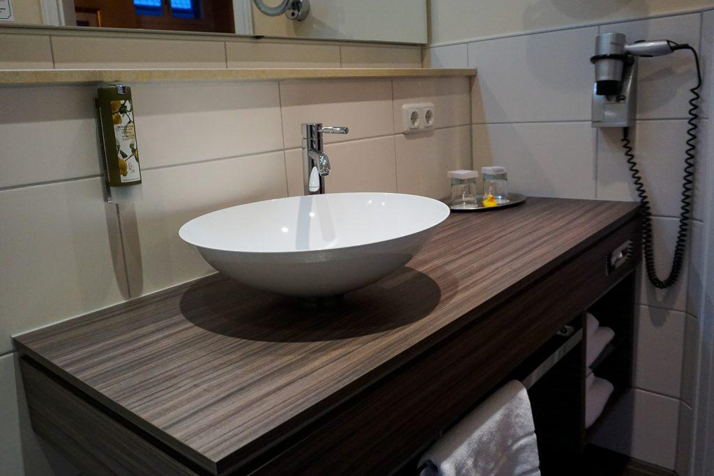 Modernes Badezimmer mit Quietscheentchen
