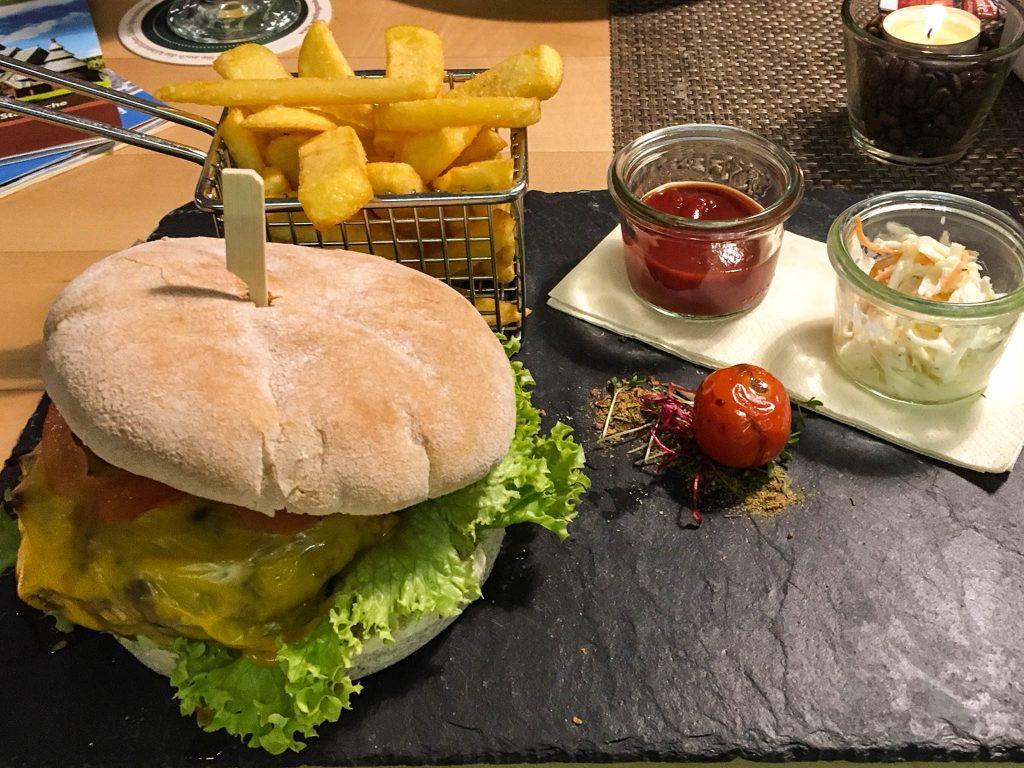 """""""Wilder Burger"""" mit Pommes"""