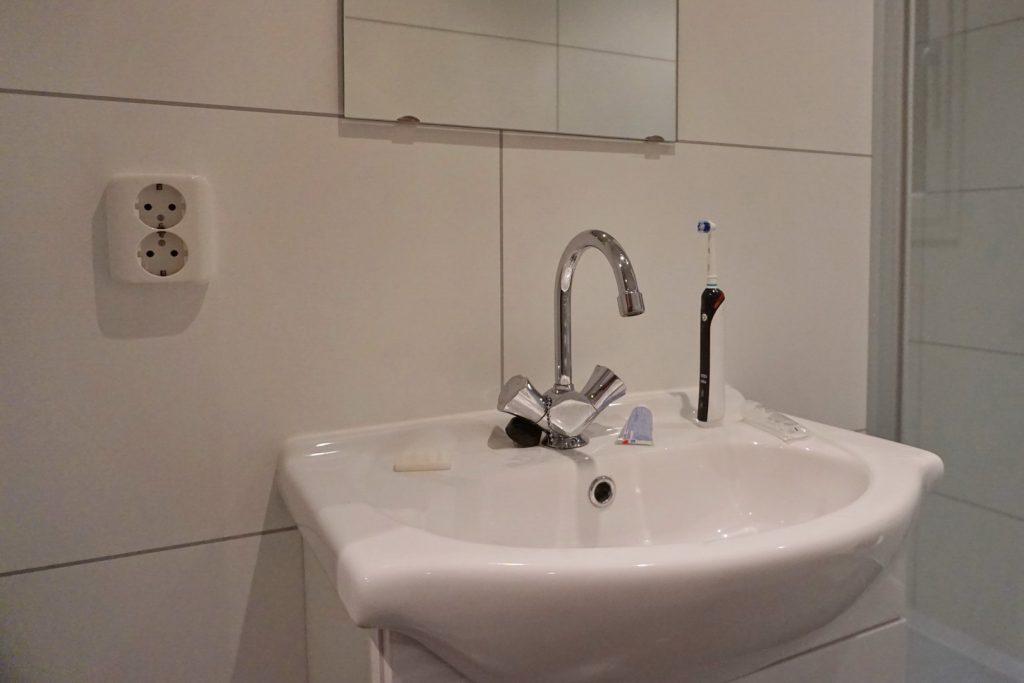 Ein bisschen gefährlich: Ungeschützte Steckdosen direkt neben dem Waschbecken