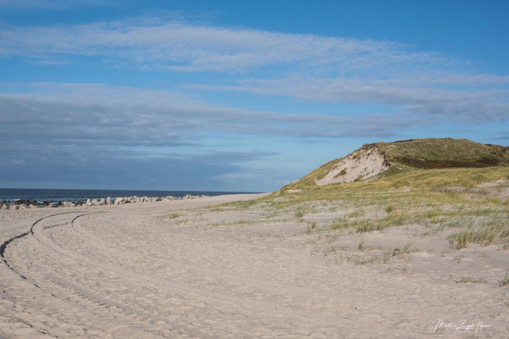 Weißer Sand und blauer Himmel