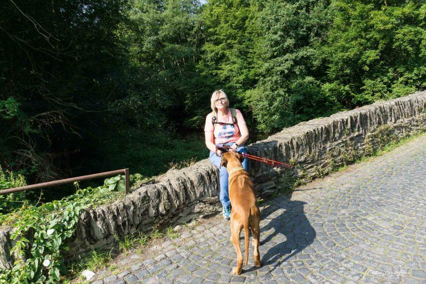 Kleine Pause auf der Brücke vor dem Kloster Marienstatt