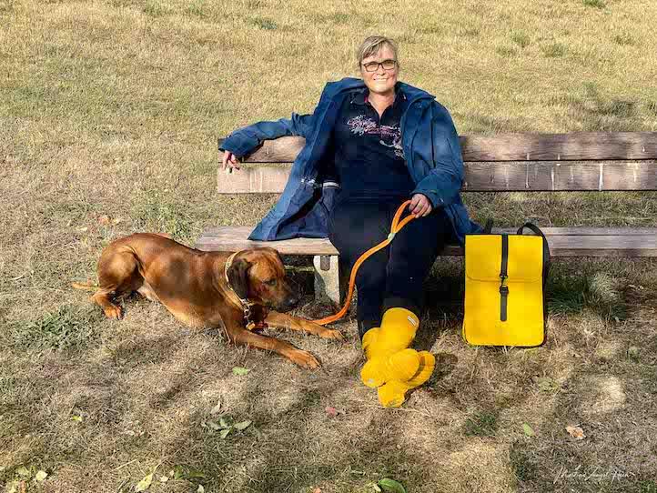 Der Herbst ist Gelb - Gummistiefel und wasserdichter Rucksack