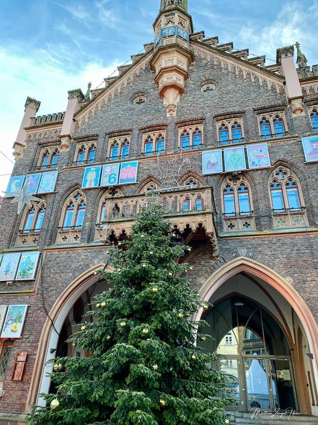 Das historische Rathaus von Montabaur mit Weihnachtsbaum und Adventskalender